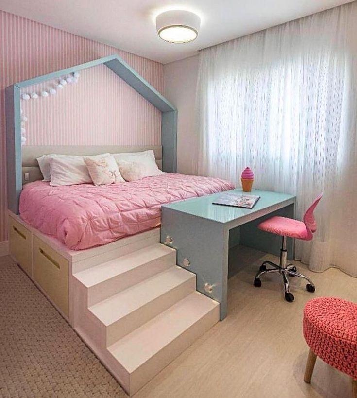 12 Perfect And Calming Bedroom Ideas For Women: Quarto De Menina Com A Cama Elevada Na Altura Da Mesinha