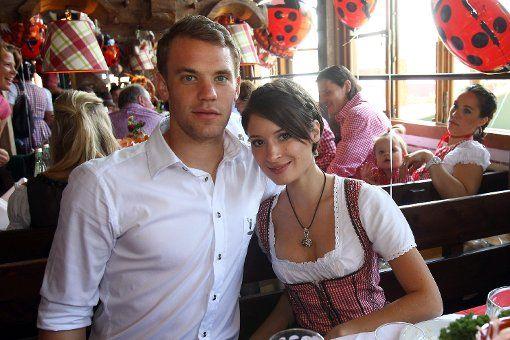 Die Nummer Eins im Bayern-Tor mit seiner ganz persönlichen Nummer Eins: Manuel Neuer und die hübsche Kathrin Gilch sind ein Paar. Foto: dpa