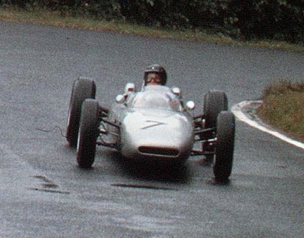 f1 Também no GP da Alemanha de 1962 a equipe Porsche marcou sua única pole na história o feito foi de Dan Gurney (foto), sua primeira na F1. Ele terminou na terceira posição.