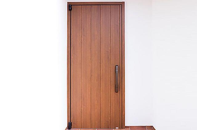 スマートコントロールキーで防犯にも効果的 断熱性にすぐれた玄関ドア Venato は カードやリモコンでサッと施解錠できる次世代タイプのスマートドアを採用 鍵穴が見えないので 防犯にも効果的だ リモコ Tall Cabinet Storage Storage Storage
