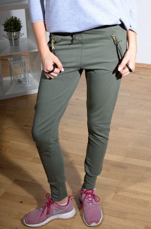 Elastyczne spodnie z materiału dresowego z ściągaczami i kieszeniami wzbogaconymi o ozdobne tasiemki. Oryginalnie zapakowane z kompletem metek wykonane z najlepszych materiałów. Modny design i niepowtarzalny wygląd, doskonałe do licznych stylizacji na każdą okazję.