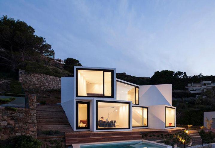 Architettura contemporanea per la villa Sunflower House degli architetti Cadaval & Solà-Morales. I cubi in cemento dipinti di bianco sono rivolti verso la costa, culminando in facciate tutto vetro che ottimizzano l'apporto di luce