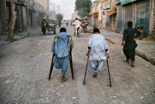 """Az igazi barát az, aki, ha megkérem, hogy követni, nem kér, """"Hol?""""  de felkel és megy.  - Al Ghazzali * Fiatal fiúk, áldozatai aknák.  Herat, Afganisztán."""