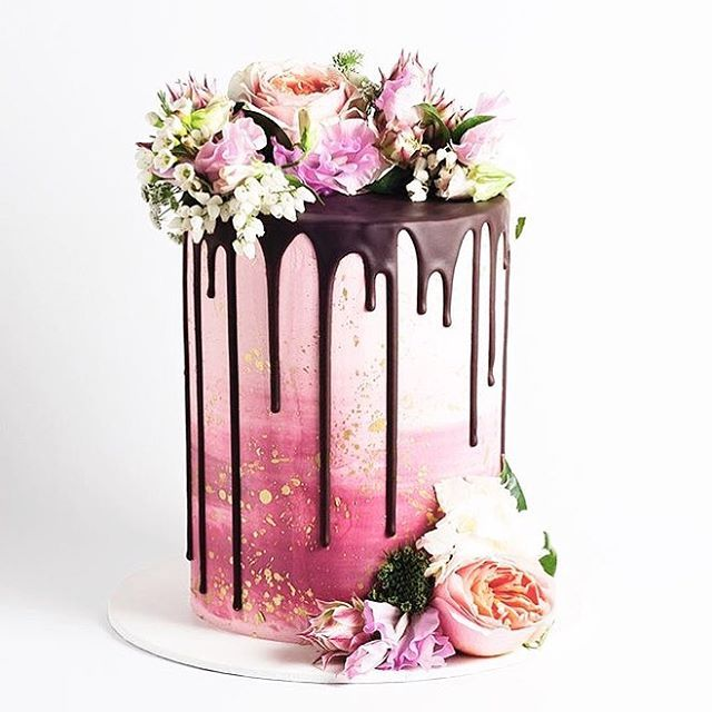 How amazing is this watercolor wedding cake?! Dripping in chocolate & topped with fresh florals makes this one of the most gorgeous cakes I've ever seen by the incredible @cake_ink