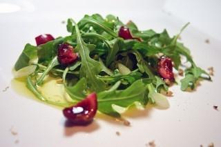 Salade de roquette, de cerises et de sarrasin germé