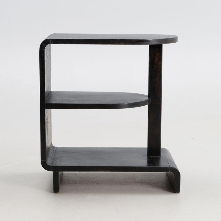 "MAIJA HEIKINHEIMO Sidobord, ""Apu 604"" Asko, 1930-tal. Halvmåneformade kopplade hyllor. Bredd 34 cm, djup 60 cm, höjd 55 cm."