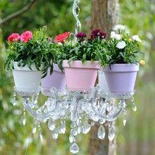 Wat een voorjaarsromantiek! Wil jij ook zo'n bloeiende kroonluchter in je tuin? Maak hem gemakkelijk zelf. Klik op de afbeelding om bij het stappenplan te komen.  #zelfmaken #DIY #kroonluchter #chandelier