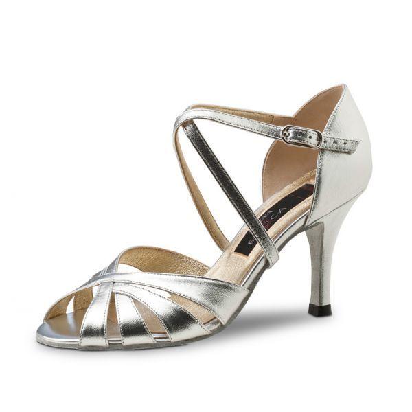"""Pouvoir de séduction assuré avec ses chaussures de danse métallisées de Nueva Epoca par Werner Kern! Ces élégantes chaussures de danses aux lignes légères et sophistiquées sont indispensables en soirée. Modèle """"Yolanda"""" de Nueva Epoca 165€ www.label-latin.com"""