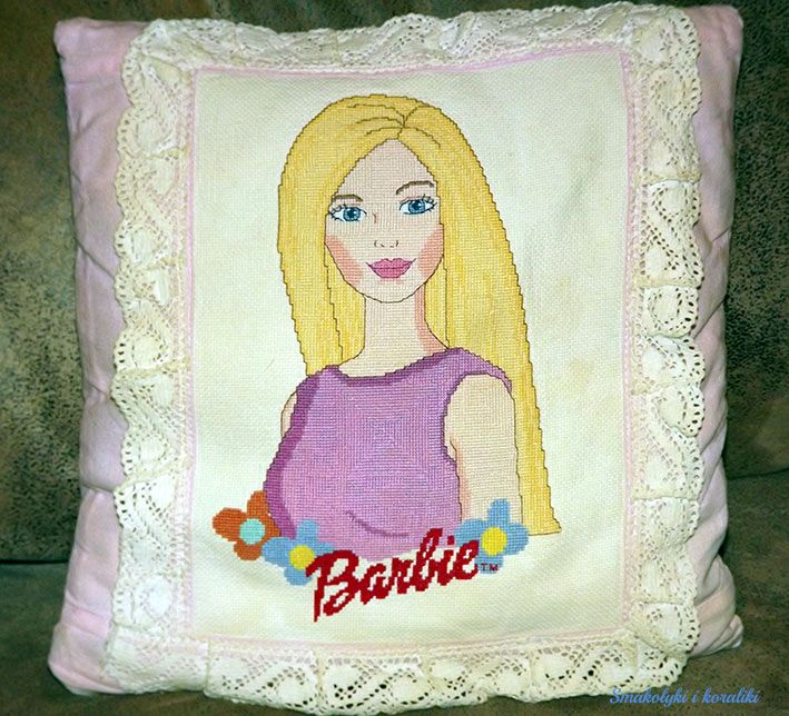 Smakołyki i koraliki: poduszka z haftem krzyżykowym - Barbie