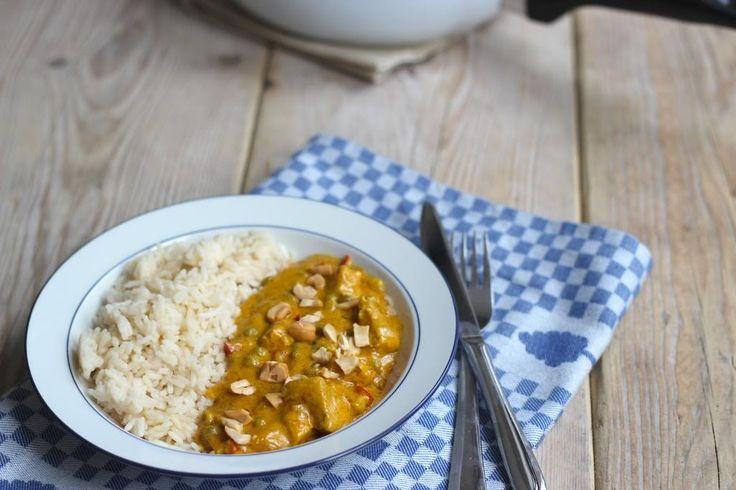 Een heerlijk recept voor kip-kerrie maar deze keer met doperwtjes en cashewnoten. Lekker, simpel en snel te bereiden!