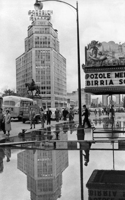 Imagen de la Avenida Juárez, durante una fuerte inundación de la Ciudad de México. Ca. 1952.