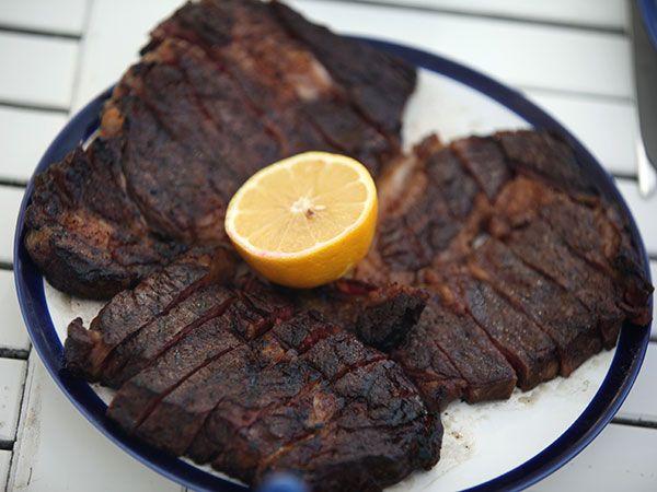Entrecôte med hashbrown, stuvad spenat, BBQ-sås och bearnaise | Recept.nu