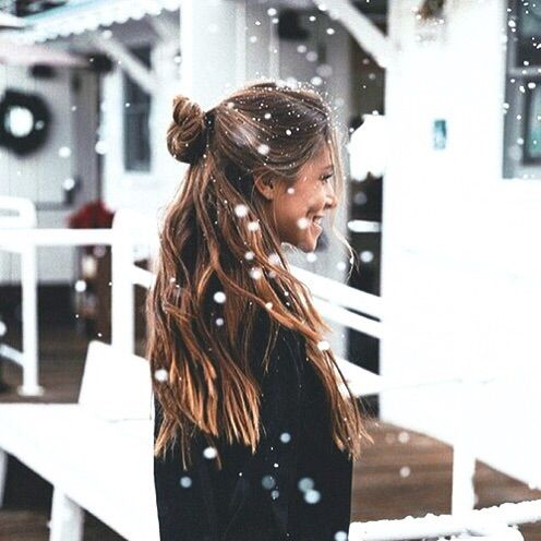 Bild via We Heart It #blonde #bun #christmas #fashion #girl #girlythings #goals #hair #hairstyle #inspiration #mood #photography #snow #snowflakes #stuff #style #tumblr #weheartit #winter #vibes