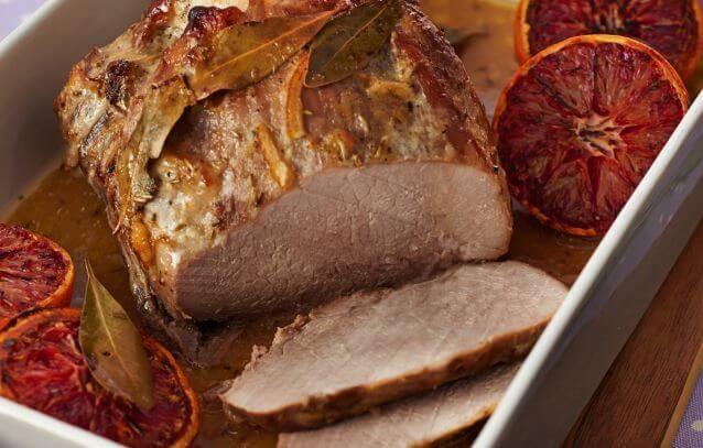 Pieczona szynka wieprzowa nacierana na noc marynatą z majonezu, marmolady pomarańczowej, czosnku, chrzanu, soli i pieprzu.