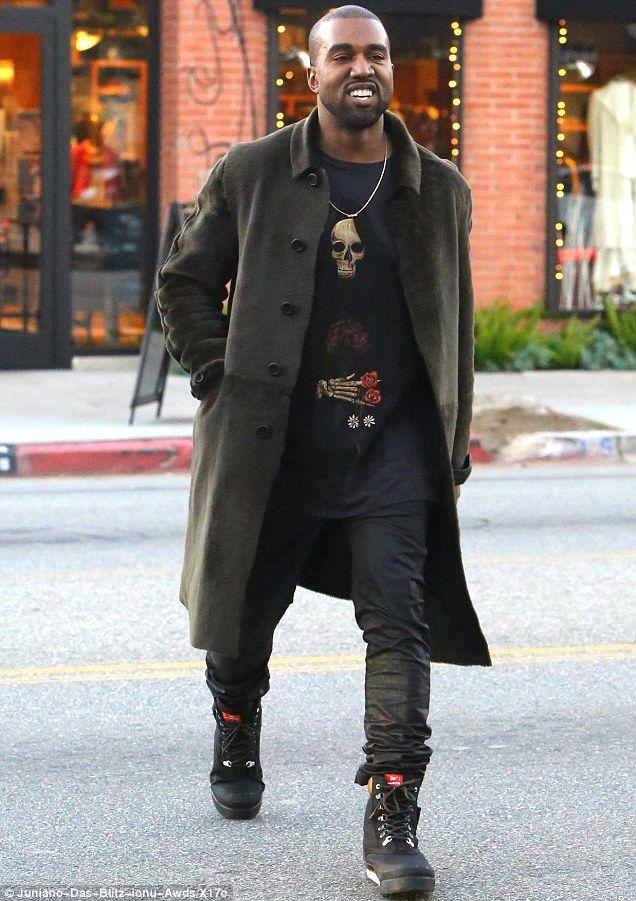Él es Kanye West y tiene un linea de ropa. A mi me gusta el suéter. Prefiero un…