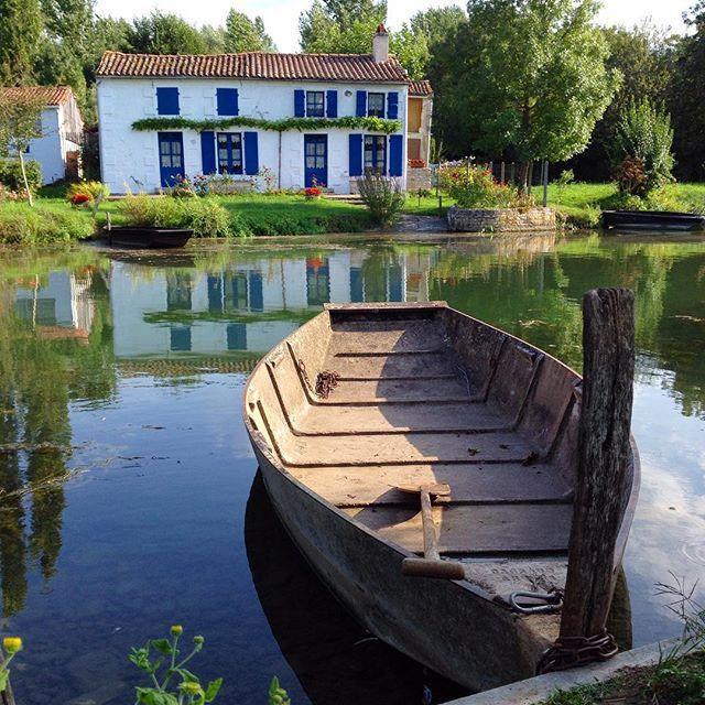 Bonjour les amis. Prêt pour un tour en barque dans le Marais Poitevin près de #Niort.  Good morning! Ready for a boat trip in the marshlands.