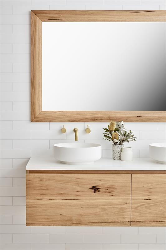 Meuble et miroir de salle de bain en bois clair, c…