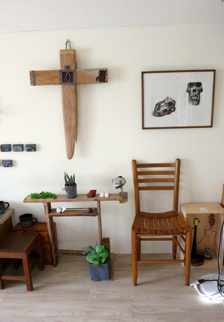 流木で作られた 十字架と棚