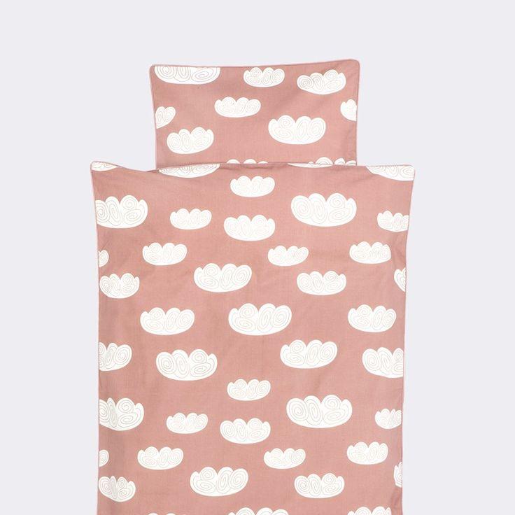 Dejligt blødt Cloud junior sengetøj med skyer i hvid og rosa farver fra ferm LIVING