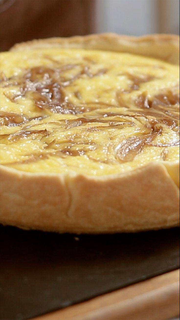 Essa quiche de queijo e cebola vai te deixar com água na boca.