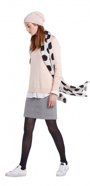 Damen Outfit Highlight Schal von OPUS Fashion: weißer Rock, weiße Bluse, rosé Pullover, schwarzer Schal, rosé Strickmütze