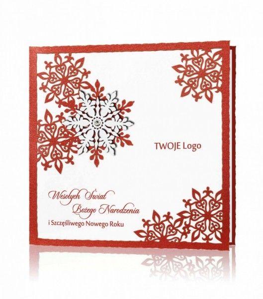 Kartka świąteczna C 870: Biały perłowy i czerwony papier, czerwony nadruk. Kartka z najnowszej kolekcji złożona z dwóch kontrastujących ze sobą papierów. Okładka ozdobiona przeplatającymi się wzajemnie ze sobą, wyciętymi laserowo śnieżynkami, na jednej z nich została naklejona śnieżynka w kolorze białym, ozdobiona kryształkiem Swarovskiego. W środku wklejona biała wkładka.