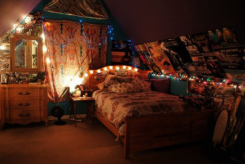 THIS IS AN AWESOMEE ROOM DUE TO THE DIY DECORATIONS