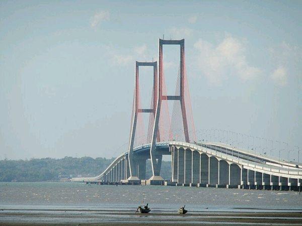Jembatan nasional Suramadu, Surabaya - Madura /via @riyanws