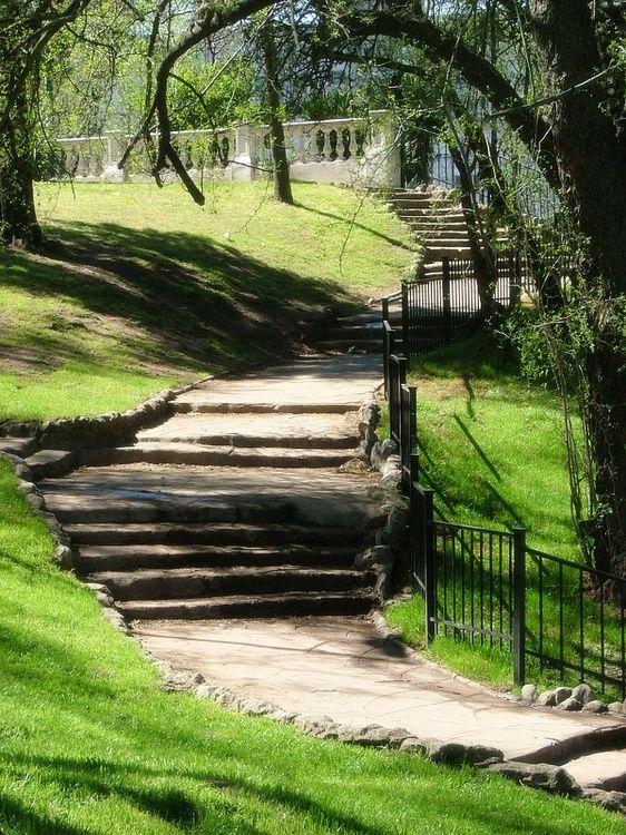 El Parque Lezama es uno de los más hermosos de la Ciudad, con su forestación, su…