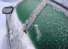 vul plantenspuit met 2/3 azijn en 1/3 water, spuit op de ramen en weg is het ijs, meteen schone ramen.winter staat voor de deur