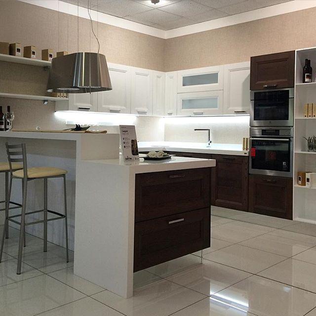 Una proposta di cucina con isola. Abbiamo infinite soluzioni perché siamo il più grande centro cucine del sud Italia. Vieni a trovarci all'ingresso di Modugno (Bari) in via Roma 120.
