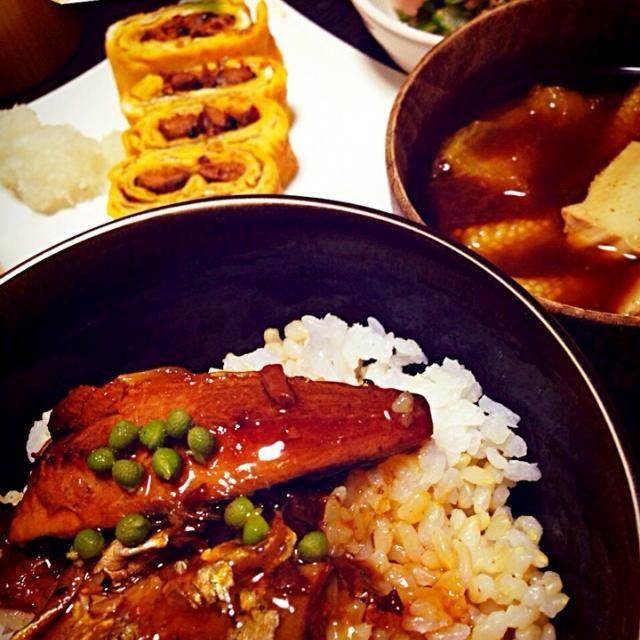 今日は土用の丑の日〜♪と言えばう・な・ぎ!やけど、高くて買えないからサンマの蒲焼きの缶詰めでお茶を濁した献立  ・缶詰めで!サンマの蒲焼きの櫃まぶし風 ・う巻き、ならぬ さ巻き ・キュウリと大葉の甘酢漬け ・もずく酢 ・焼きなすびと豆腐の赤だし汁 - 45件のもぐもぐ - きょうの晩ごはん by iwatabcat
