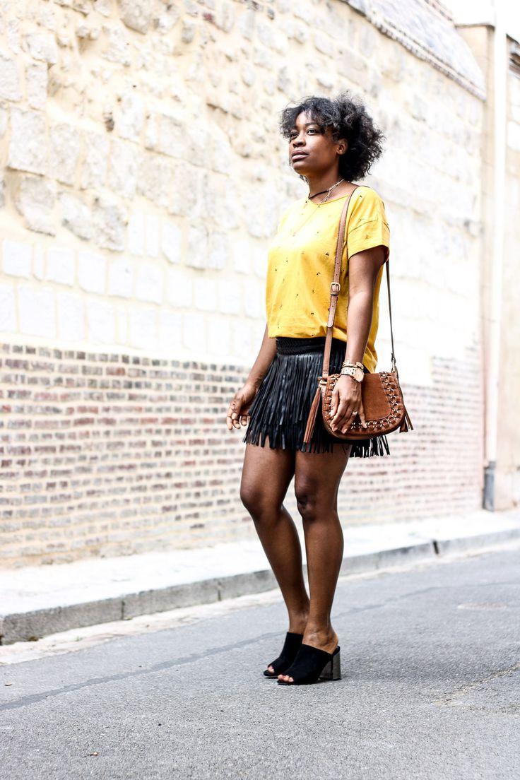 Une tenue chic et tendance avec un tee-shirt et une jupe à frange. #frayedskirt #jupeafrange #ootd #skirt #teeshirt #fashionblogger