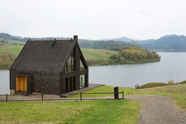 Dom letniskowy położony nad jeziorem Czorsztyńskim łączy w sobie tradycję architektoniczną pasterskiej chaty z nowoczesną formą i rozwiązaniami technicznymi.