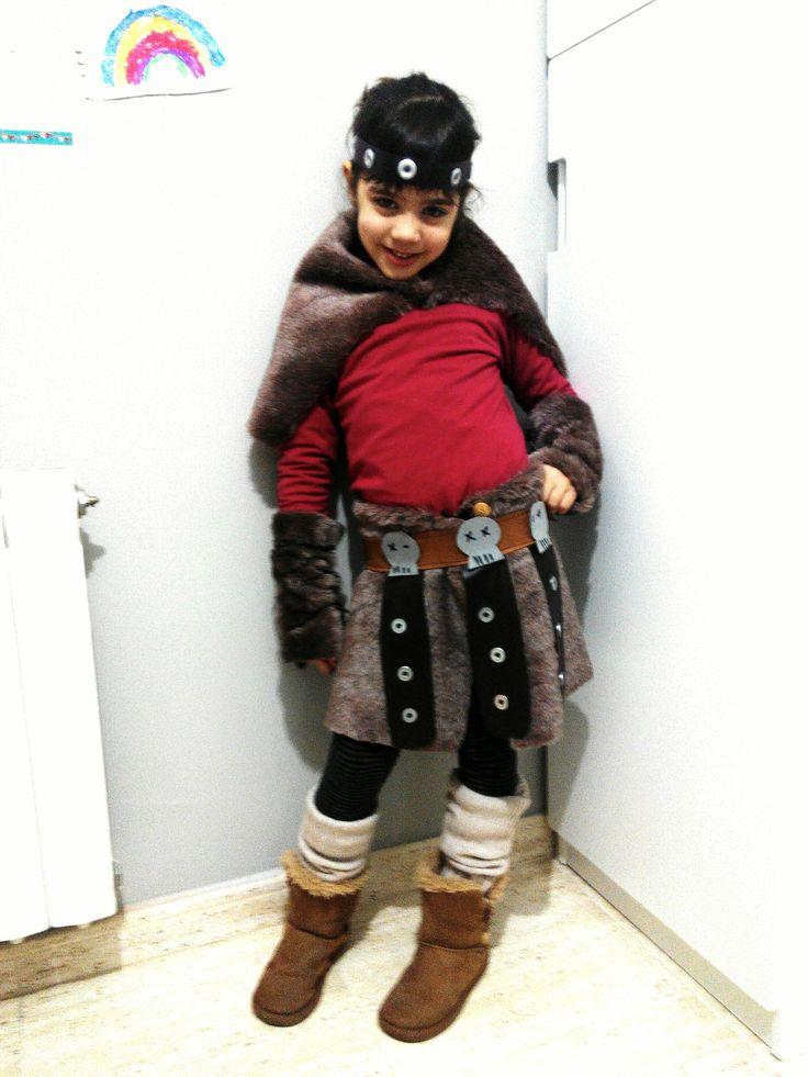 Disfraz casero de vikinga Astrid , de la película #comoentrenaratudragon #carnaval #disfraz #hechoamano #casero #original #niños #costume #vikingo #Astrid #calaveras #piel