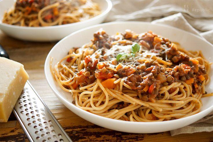 Habt Ihr schon mal vegetarische Linsen-Bolognese versucht? Nein? Es ist unglaublich gut! Und es ist so viel besser als die Bolognese mit Fleischersatzprodukten. Eine vegetarische Linsen-Bolognese braucht auch keine Sojaprodukte, denn Linsen sind die perfekte... #gesundeernährung #linsen #puylinsen