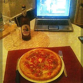 Una cena tipo di Manuel: Pizza (mangiata nel cartone e senza posate), birra e film.