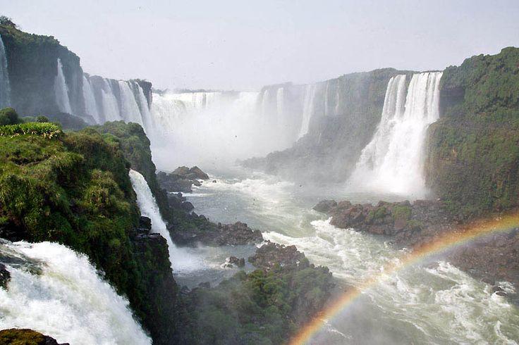 De 'Garganta do Diablo' in volle glorie vanaf de Braziliaanse zijde. Boven het water scheren roetgierzwaluwen.