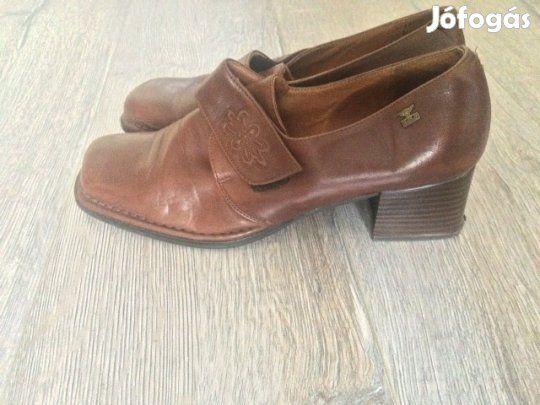 Eladó Pikolinos női bőr cipő 40: Néhány alkalommal használt, hibátlan állapotú, eredeti Pikolinos spanyol női bőr cipő 40-es, barna színű.  Postai szállítással: 1700.- Azonnal vihető, telefonos egyeztetés esetén, személyes átvétellel.