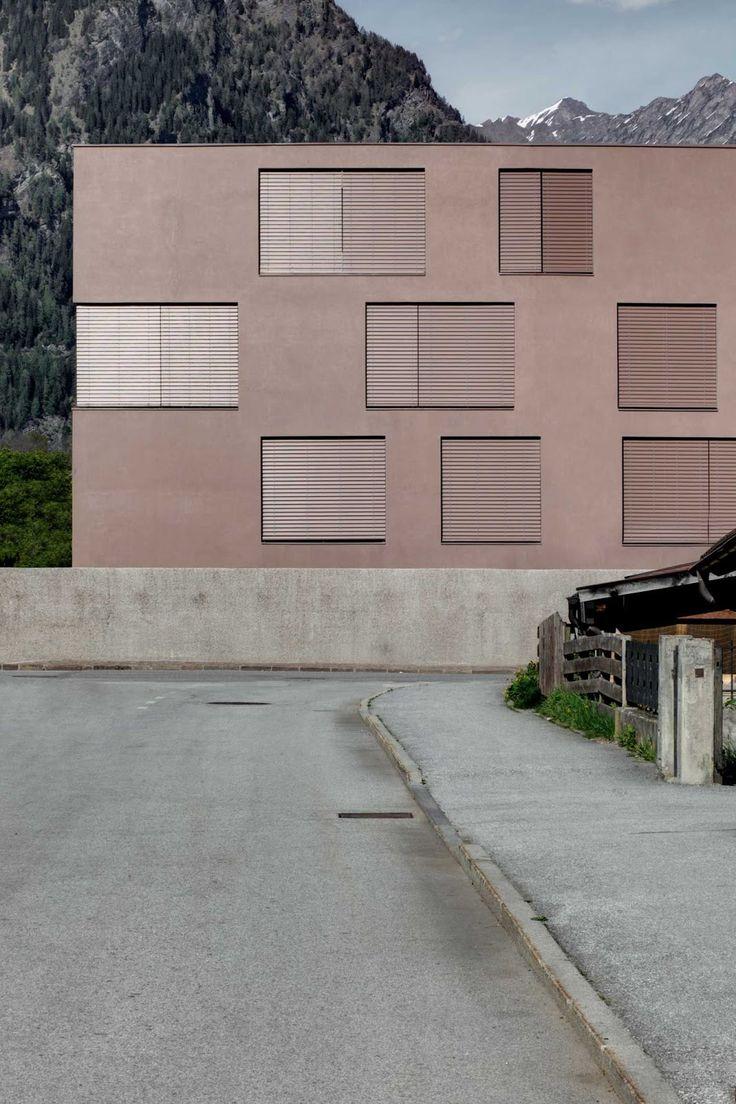 """Das neue """"Pfarrmesnerhaus"""" liegt am südlichen Stadtrand von Sterzing auf 950 m Meereshöhe. In dem 4-geschossigen Gebäude befinden sich vier Wohnungen, die sich über mehrere Geschosse erstrecken und jeweils nach Ost und West ausgerichtet sind. Alle Wohnungen haben aufgrund des rauen Klimas geschützte Außenbereiche in Form einer Loggia. Die einheitliche Farbgebung im """"Porphyr-rot"""" soll die monolithische Erscheinung des Gebäudes unterstreichen. Die heterogenen und individuellen…"""
