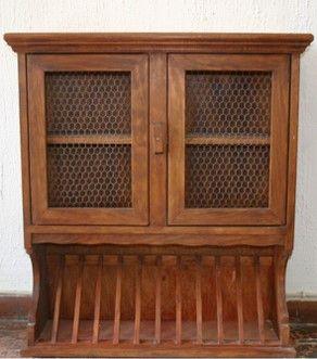 Mueble platero de madera de pino teñido con color avellana. La parte inferior para colocar platos. La parte superior con dos puertas con rejilla de gallinero y 1 balda en interior, ideal para tazas.