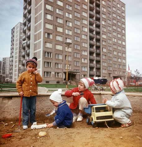 Children playing at a plattenbau settlement in Kosice (CSSR, 06.04.1975)