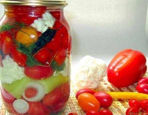 Рецепт универсального маринада из книги Галины Поскребышевой. Подходит для маринования огурцов, помидоров, ассорти, любого сочетания овощей. Овощи получаются кисло- сладкие, не острые. Маринад готови…