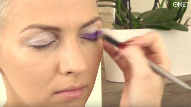 Mrzí vás, že nemáte na drahá líčidla a tím pádem váš make up nikdy nevypadá tak, jak byste chtěla? Marta Šantorová vám dnes předvede super trik, jak zlevných neznačkových očních stínů udělat kvalitní oční stíny, které vydrží na víčku dlouho a budou mít super sytý odstín. Mrkněte se nato.