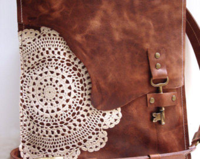 Boho de bandolera de cuero con clave antigua y tapetito de ganchillo del cordón - grande estilo clave de trabajo - hecho a la medida