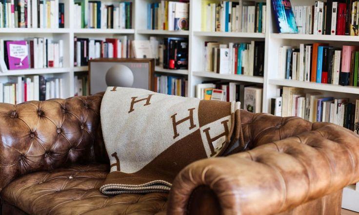 Sur la canapé en cuir d'Augustin Trapenard, un plaid Hermés se prélasse