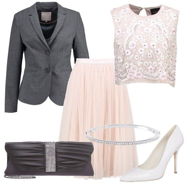 Per questo outfit: corpetto lavorato senza maniche rosa, gonna in tulle rosa chiaro, blazer grigio scuro con due bottoni, pochette grigio scuro con dettaglio di brillantini, décolleté grigio chiaro, braccialetto rigido che ripende i brillantini della borsa.