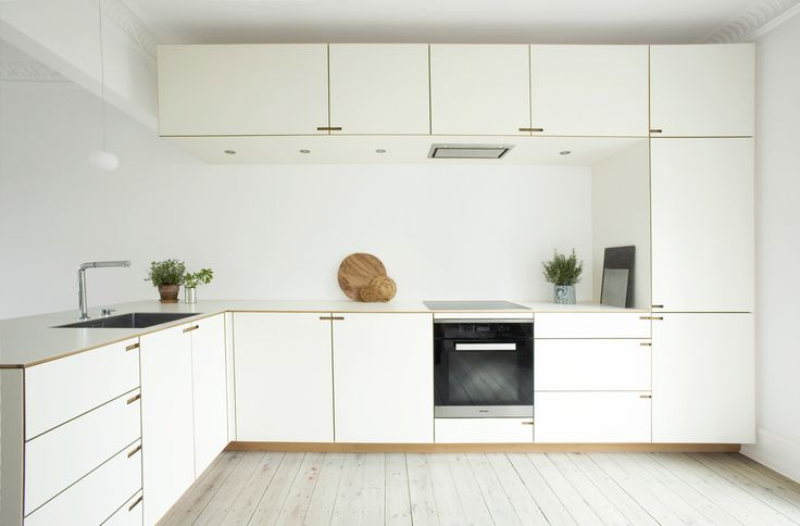 The kitchen was originally located in a smaller space facing the courtyard. However, while setting up their new kitchen, the owners decided to reimagine the floor plan.