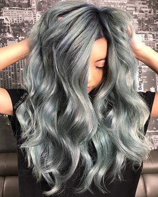 Si vous aimez le mélange gris et vert, vous pouvez aussi essayer cette couleur grise avec de légers reflets. | 17 couleurs de cheveux pour sortir de l'ordinaire
