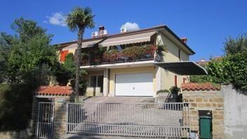 2 apartmaja sta na voljo le 4 km od centra mesta Koper.  Za rezervacijo apartmajev obišči http://www.viaslovenia.com/sl/apartmaji/koper/.